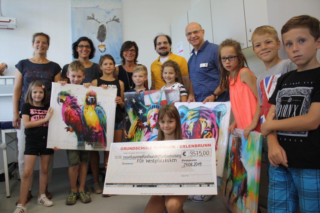 Spendenübergabe mit Lehrern und Schülern